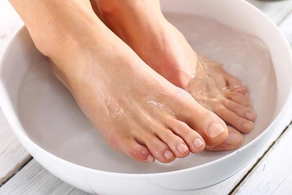 ปัญหาส้นเท้าแตก แช่น้ำอุ่น