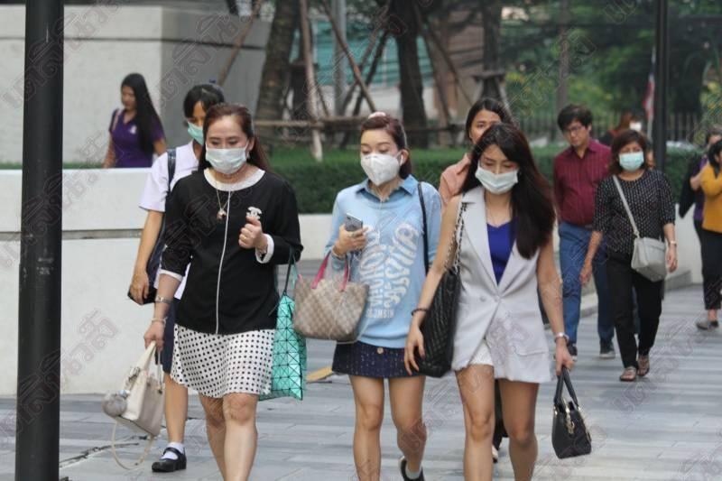 ผู้หญิงปฏิบัติตามมาตรการ ของไวรัสโควิด -19