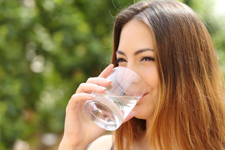 อาหารเสริมแคลเซียม-ดื่มน้ำเปล่า
